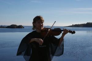 Tone spiller over hele Østflandet, alene eller sammen med andre musikere