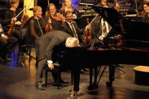 Gøy på konsert med Vestfold symfoniorkester og Håvard Gimse i Hjertnes