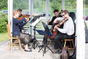 God stemning i bryllup med strykekvartett