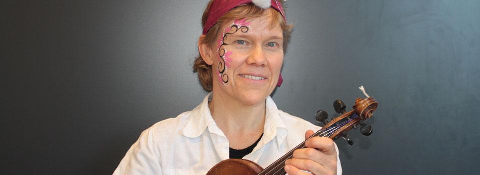I blant er fiolin en del av noe større - som når vi må kle oss ut eller male oss litt. Det er bare moro!
