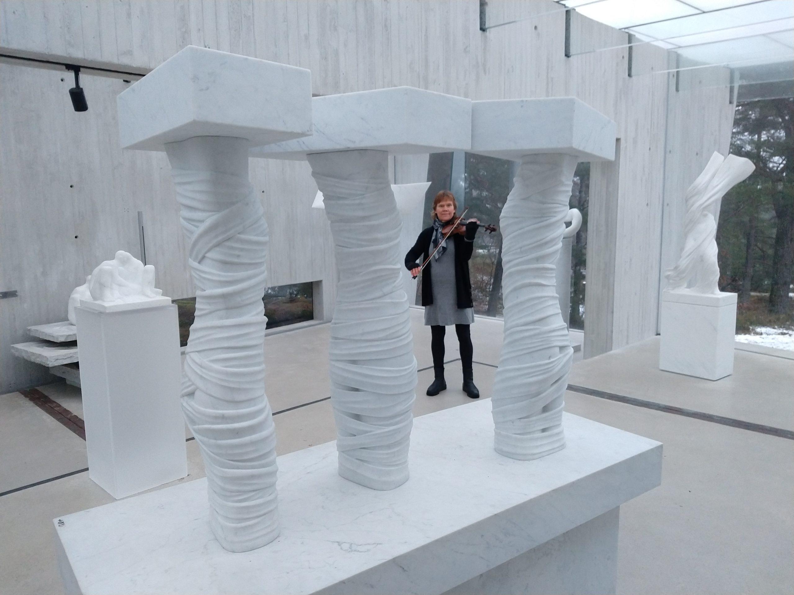 Fiolinspill i Midtåsen skulpturpark